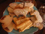 アフタヌーンティの上の段。焼き菓子8種類をアールグレイといっしょにいただきました。
