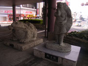 CHICAが暮らしていたころは東口にあった「宇都宮餃子像」。2008年に西口に移ったそうです。ギョーザの皮に包まれたヴィーナスをイメージしたという、大谷石の石像。大谷町は宇都宮の隣町です。