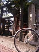 ご利益のありそうな「開運出世稲荷」さん。上田あるきは、駅前からレンタルサイクルを利用しました。