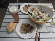 Mittagsessen (gegrilltes Kottelet, Salat und Weizen)
