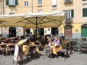 bei einem Cappuccino auf der Piazza Anfiteatro