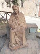 aus gebranntem Ton modellierte, sitzende Statue an Nonna Lucia