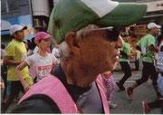 走りながら国際通りを走る浦浜さんを撮影
