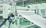 工場でロール状の紙製品と同様のものが造られる