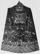 Planche VI. — Manteau officiel d'honneur de Premier ministre civil kosseu probablement Yuan. Fond brun, motifs polychromes. Collection Vuilleumier.