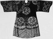 Manteau d'honneur de dame de la haute noblesse, kosseu, XVIIIe siècle. Médaillons d'orchidées et de papillons.  Collection Vuilleumier.