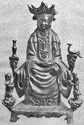 D'ordinaire elle a une attitude méditative, avec une auréole autour de la tête. A côté d'elle, Loung Nu tient une grosse perle d'où jaillit une flamme lumineuse ; de l'autre côté, Chen Tsaï  élève  vers  elle  ses  mains  jointes  comme  pour  la prière.