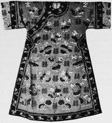 Planche IX. — Robe de mariage d'impératrice, kosseu fin du XIXe siècle. Fond mauve et or, motifs polychromes.  Collection Vuilleumier.