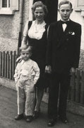 1. Fotoshooting (als Vierjähriger mit Mutter und großem Bruder vor dem Elternhaus)