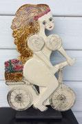 116 Sculpture femme contemporaine ET SON VELO 37X25CM disponible
