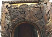 coté haut du corps du cartel avec fissures et d'important manque de décors