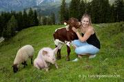 Schwein Rosalie, Schaf Flora und Kalb Resi mit Sennerin Isabella