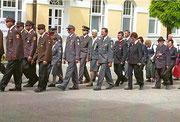Fronleichnam-Prozession (Frühjahr 2011), Matthias Laurenz Gräff zentral mit Schirmmütze mit einem Teil der Garser Funktionäre und Mitglieder; Foto von Gerhard Baumrucker