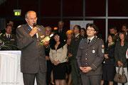 Rot Kreuz Präsident Willi Sauer präsentiert die Rot Kreuz Wein Flasche mit Matthias Laurenz Gräff