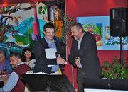 Künstler Matthias Laurenz Gräff mit Nationalrat Werner Groiß bei der Ausstellungseröffnung