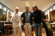 Miltos Pavlidis, Geschäftsführer der Taverne Zorbas, Künstler Matthias Laurenz Gräff und Assistenzkoch Georg Papadopulous