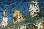 Spiegeltropfen nach Regen auf Gastgartentisch