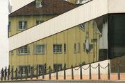 Altbau gespiegelt in moderner Fassade - Vaduz