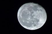 Der Mond von Zuhause aus mit nur Brennweite 300 gesehen.