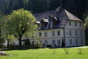 Vorbei an mächtigen Forst- und Herrenhäusern
