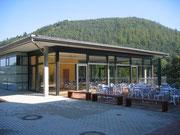 Cafeteria vom Schulgebäude aus gesehen