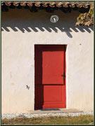 Porte d'un des maisons dans l'airial jouxtant l'église St Pierre de Mons à Belin-Beliet (Gironde)