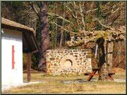 Maison et ancien four à pain dans l'airial jouxtant l'église St Pierre de Mons à Belin-Beliet (Gironde)