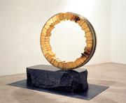"""Circle - harmony  (C-16)""       H.155(φ120)x140x50cm/brass, stainless steel/1994 (作家蔵)"