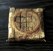 """Face - vestiges (痕跡)  (K-58)""     t.1.5x9x9cm/bronze/1999"