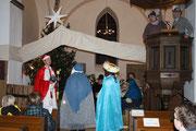 Die Könige folgen dem Stern bis zum Stall von  Bethlehem.