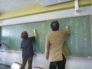 黒板に書かれたたくさんのテーマ案