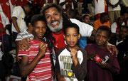 Rasi Gamba ist Musiker und Fanclubchef von Ajax Capetown. Diesen Jungs bezahlt er die begehrten Stadiontickets. Dafür versorgen sie als Laufburschen den Fanblock mit Nüssen und Cola.