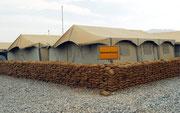 Lokalpatriotismus - 2006 noch vor einem der vielen Zelte, in denen Einrichtungen provisorisch untergebracht waren.