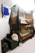 Mit Moskitonetzen schützen sich die Soldaten vor Stechmücken, die es trotz der schweren Türen irgendwie in die Container geschafft haben.