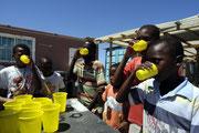 """Die """"gute Seele"""" von Khayelitsha spendiert den Kindern des Township gerne sauberes Trinkwasser zur Erfrischung."""