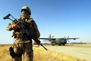 Ein Soldat der Flugplatzsicherung vor unserer Maschine.