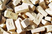 Die benötigten Steine werden in kleinen Manufakturen der Umgebung gebrannt und sichern so vielen Familien ein Einkommen.