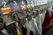 Die Zahlen-Flaggen an Deck der Fregatte.