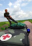 Mit ihrem Jeep war  sie im Land unterwegs, um Krankenhäuser zu unterstützen.
