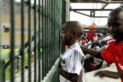 """Fußball ist in Südafrika noch immer der """"schwarze Sport"""". Ein Junge beim Spiel AJAX CAPETOWN vs. MOROKA SWALLOWS."""