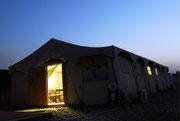 Licht fällt am Abend aus einem anderen Zelt...