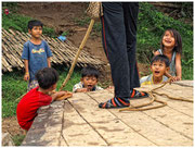 Niños jugando en el embarcadero de la isla Koh Trong. © Daniel Roca García.