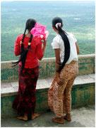 Dos chicas contemplan la llanura desde lo alto del Monte Popa. © Daniel Roca García.