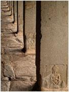 Detalle de unas columnas grabadas. Templos de Angkor. © Daniel Roca García.