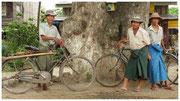 Birmanos ataviados a la manera tradicional, posan con sus bicicletas. © Daniel Roca García.