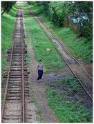 Una mujer deambula entre las vías férreas en la capital Rangún. © Daniel Roca García.