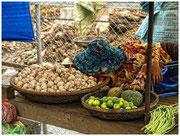 Una mujer duerme entre la mercancía. Mercado de Kratie. © Daniel Roca García.