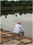 Un hombre contempla el estanque que rodea Angkor Wat. © Daniel Roca García.