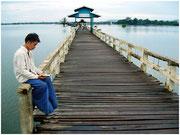 Joven leyendo en el puente U-Bein, Amarapura. (1200m. en madera de teca). © Daniel Roca García.
