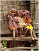 Unas niñas ríen jugando a la entrada de su casa. © Daniel Roca García.